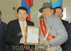 Өмнөговь аймгийн улсын шилдэг уяач Б.Бадраа: Монгол улсын нутаг дэвсгэр дээр морь уралдахыг Монгол хүн л дэмжихгүй бол өөр хэн дэмжихэв