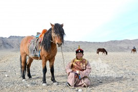 Аймгийн Алдарт уяач А.Лхагва: Миний морьд өвөлжин тэжээж, тарилга хийсэн морьдтой адилхан л уралддаг