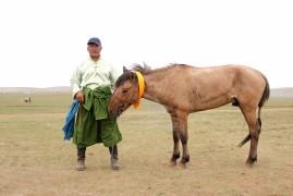 Сумын Алдарт уяач Ш.Өлзий: Төрийн наадмаа анх удаа зорьж ирээд соёолон зургаагаар давхиулсандаа баяртай байна